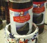 サバ州産ワイルドハニー(1キロ入り、RM60)。蜂蜜は冷蔵庫に入れると風味が落ちるのだそう。水の 入った容器に入れておくとアリもよってこない。