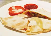 トルティーヤにチーズと牛ミンチをはさんだ「ケサディーヤ」