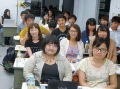 日中学生交流連盟の学生。演壇から撮影。