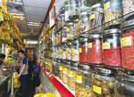食材や日用雑貨が満載の店内。