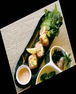 ポテサラの炙りサーモン ロール(RM25)は、オーロラソースをつけるかレモ ンを絞るかでまた違った味わいに。