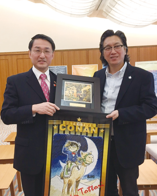 Souvenirs exchanged between Apple Vacations Deputy-Group Managing Director Dato'Sri Koh Yock Heng(right), Governor of Tottori Prefecture Shinji Hirai(left). The photo was taken during a FAM trip to Tottori on Janurary 2015.