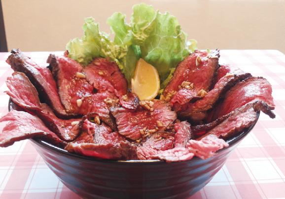 ドッカンとすごい迫力の ローストビーフ丼(RM26)は試す 価値アリ!