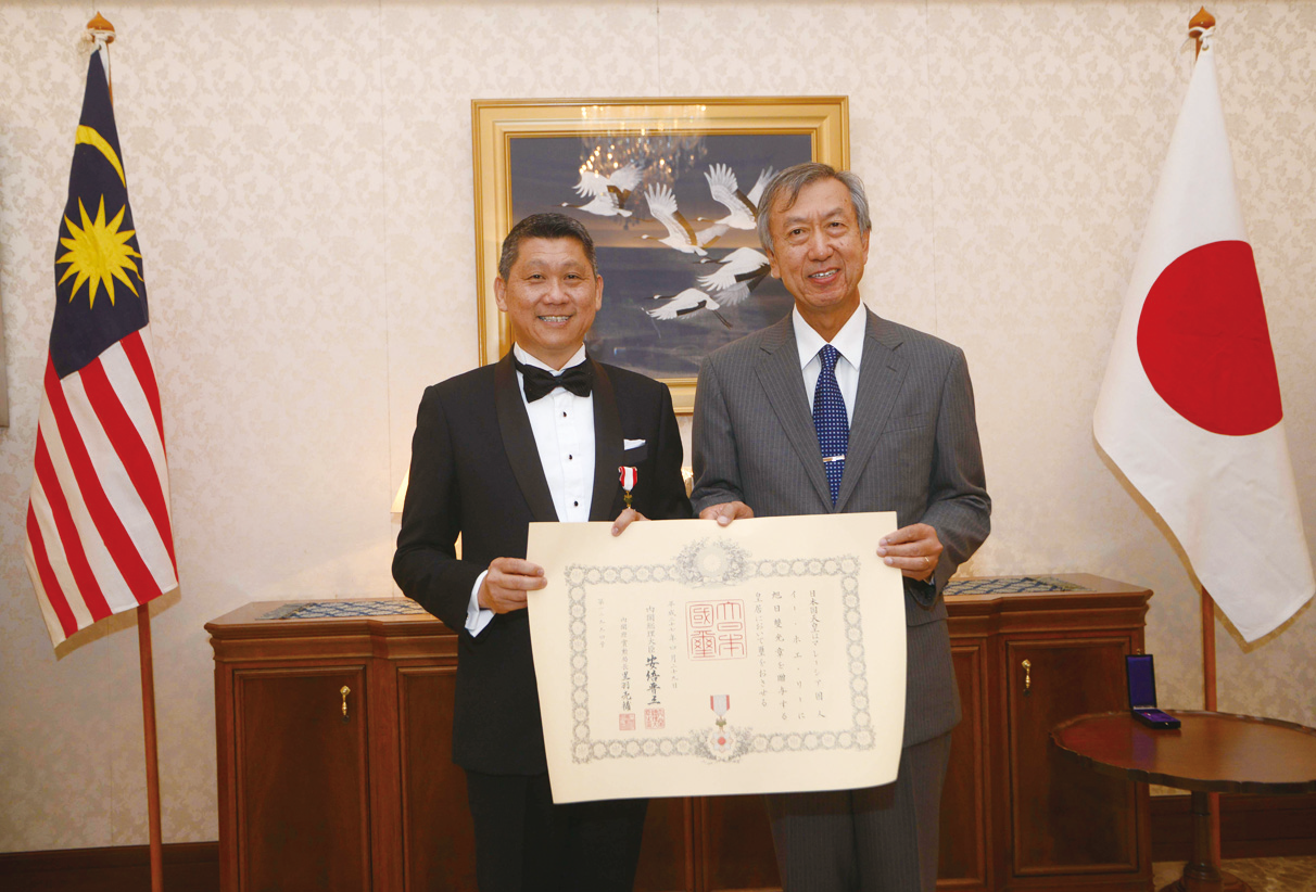 The Order of the Rising Sun honor was conferred upon Dato'Sri Lee Ee Hoe JP(left) by Ambassador Makio Miyagawa(right), at the Embassy of Japan in Malaysia on 8th June 2015.