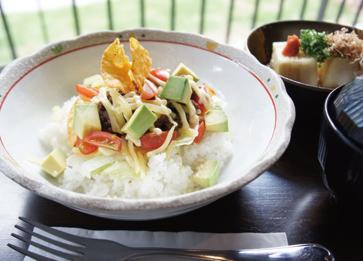 タコライスがメインの「沖縄セット」。挽き肉、トマトとアボカドがよく合う。