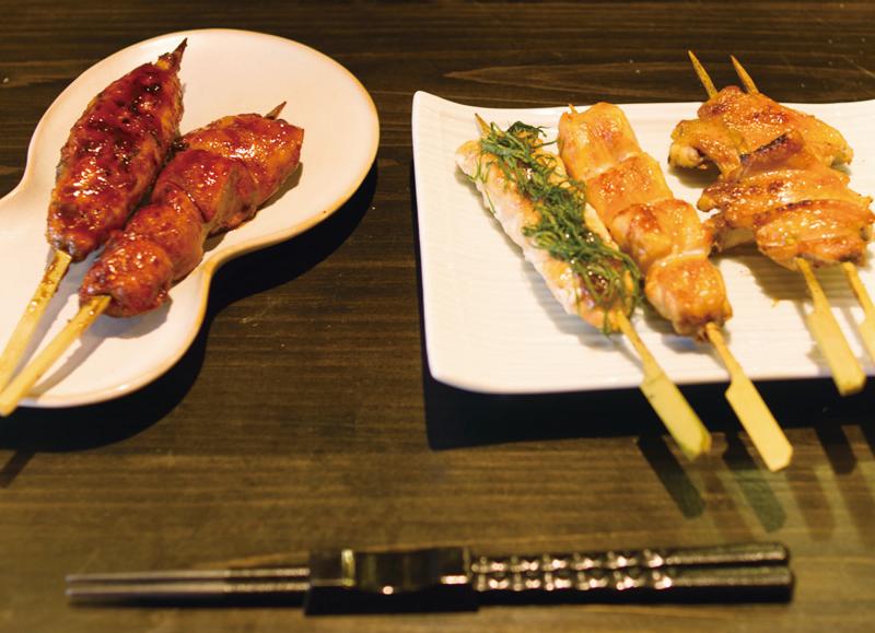鶏鬨の焼鳥は一個一、肉の固まりが大き目なのがうれしい。「名物とりどき」は胸肉とモモ肉をそれぞれ皮で巻いた人気串(右から2つ目)。