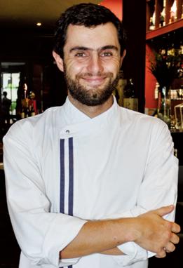 笑顔がすてきなジョアオさんは受賞歴もある実力派。料理に合うイタリア産ワインについても教えてくれる。