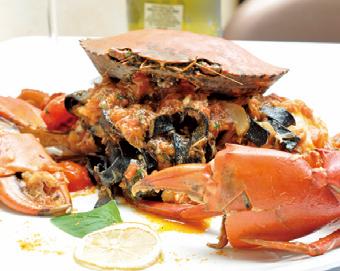 手作りのイカ墨平打ちパスタをカニ肉とイタリア産トマトソースで 和えたネロビボの定番メニュー。迫力満点!